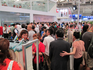 Crowded Shima Seiki booth at ShanghaiTex