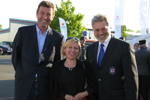Socially and regionally connected: Loeffler, Lenzing and the Red Cross. Left to right: Reinhard Hetzeneder, at Loeffler; Christina Kreuzweiser, Head of Marketing Communications Business Unit Textile Fibres, Lenzing AG and Walter Aichinger, President, at RKOÖ. ©Loeffler