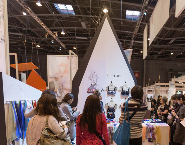 Visitors took their time to examine the latest innovations and new products. © Interfilière Paris