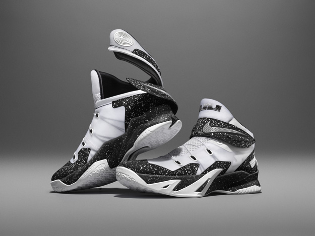Nike Zoom Soldier 8 Flyease, featuring a zipper-and-strap system that allows the foot to enter through the rear of the shoe. © Nike