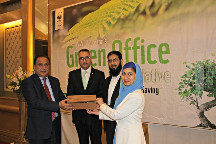 Iffat Zahra and Arshad Mehmood, Archroma, receiving the WWF Pakistan Eco-Innovation Award from Naeem Mughal, Director General, Sindh Environmental Protection Agency, Government of Pakistan. © Archroma