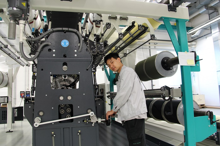 The Karl Mayer Academy is offering a new series of training courses on double-bar raschel knitting machines. © Karl Mayer