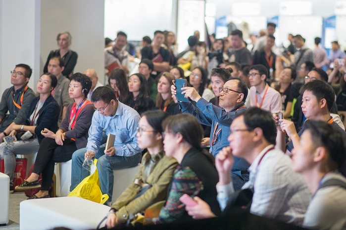 Standing-room only at a panel discussion last edition. © Messe Frankfurt / Intertextile Shanghai Apparel Fabrics