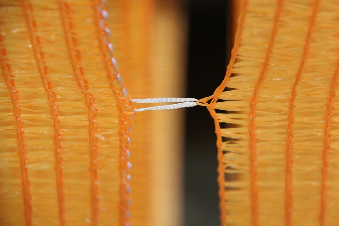Marking thread for initiating the cutting process. © Karl Mayer