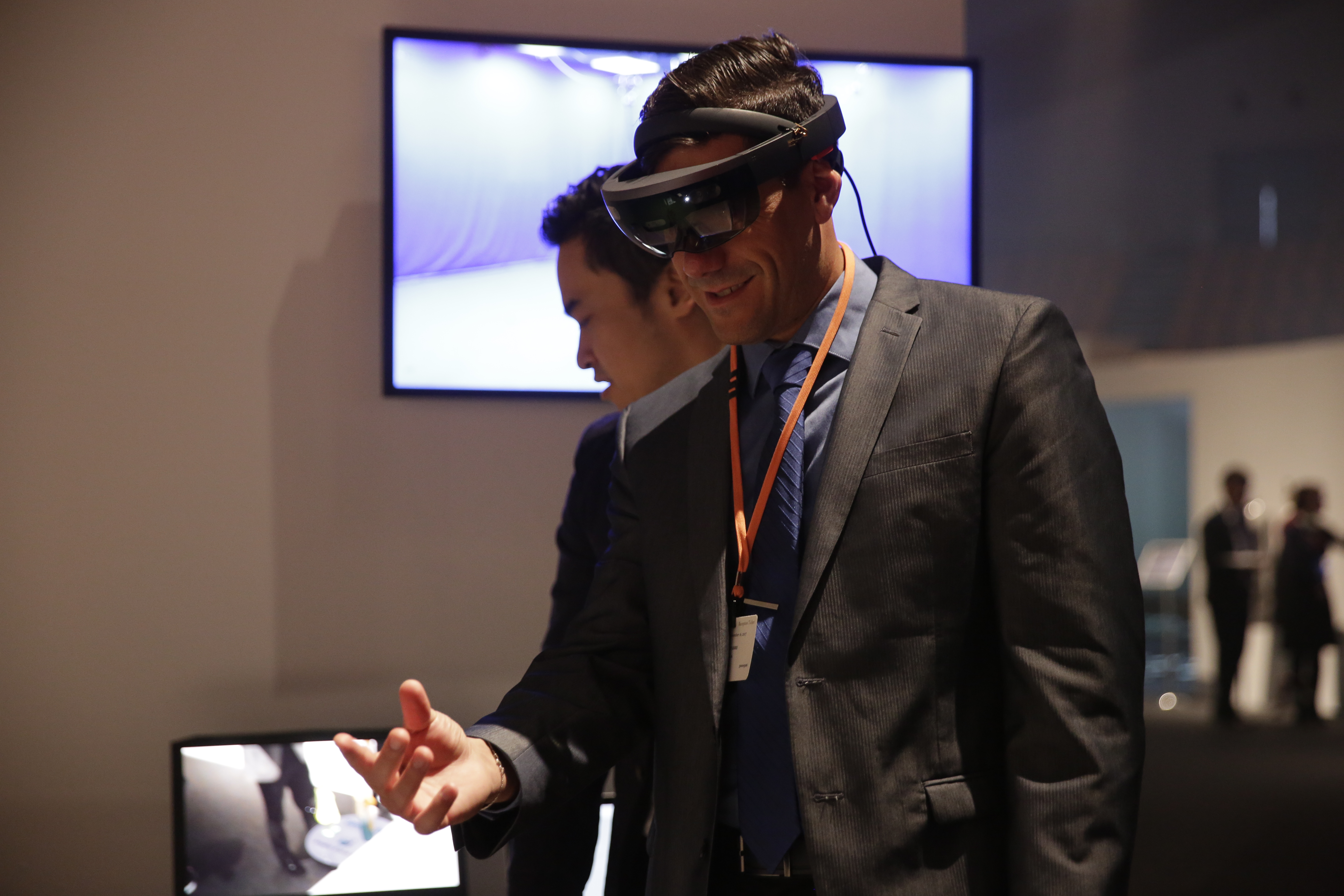 In the Future Zone, 3D Virtual Models created on Shima's SDS-ONE APEX3 were combined with the latest VR (virtual reality) technology in order to present a virtual showroom. Four rooms were available for experiencing the virtual showroom using VR goggles. (c) SHIMA SEIKI.