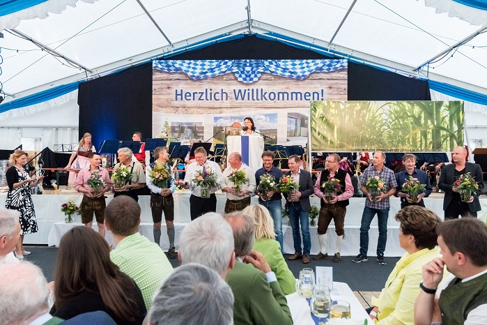 Company owner Regina Brückner honours the employees involved in the construction. © Brückner Textile Technologies