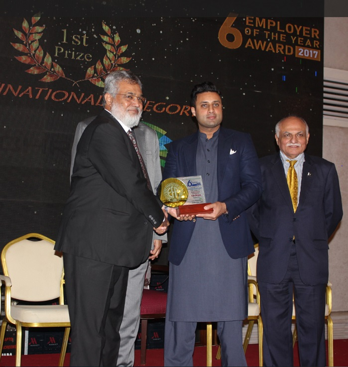 Vaqar Arif, Head of Finance & Controlling Pakistan, Archroma, receiving the EFP Employer of the Year Award from Mr. Sayed Zukfiqar Abbas Bukhari, Federal Minister of Human Resource Development & Overseas Pakistan. © Archroma