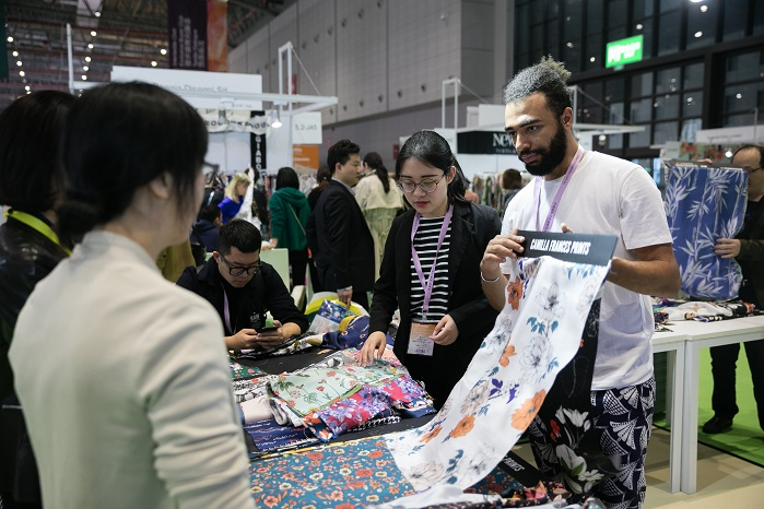 Business interaction at Intertextile Shanghai Apparel Fabrics. © Intertextile Shanghai Apparel Fabrics – Spring Edition