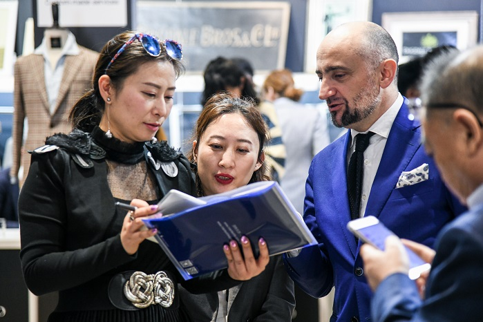Business interaction at this year's Intertextile Apparel Fabrics – Spring Edition. © Messe Frankfurt / Intertextile Shanghai Apparel Fabrics