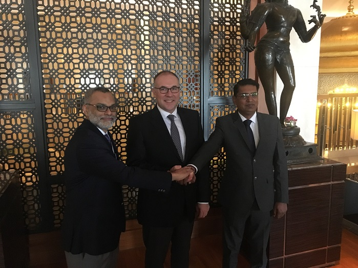 From left to right: Anuj Bhagwati, Managing Director of A.T.E., Arno Gärtner, CEO of Karl Mayer, and Haresh Panchal, Managing Partner of Rabatex Industries, during the signing of the contract. © Karl Mayer